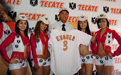 Vaqueritas Tecate con el nuevo uniforme de Vaqueros Laguna